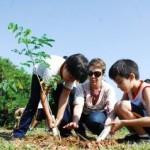 Foto demonstrando laços de família ao plantar um jardim